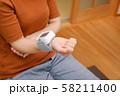 血圧を測る女性 リストバンド 健康管理 妊娠 家庭用 低血圧 58211400