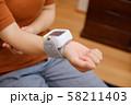 血圧を測る女性 リストバンド 健康管理 妊娠 家庭用 低血圧 58211403