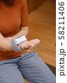 血圧を測る女性 リストバンド 健康管理 妊娠 家庭用 低血圧 58211406