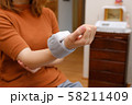 血圧を測る女性 リストバンド 健康管理 妊娠 家庭用 低血圧 58211409