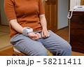 血圧を測る女性 悪い例 リストバンド 健康管理 妊娠 家庭用 低血圧 58211411