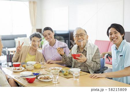 介護施設 食事 58215809