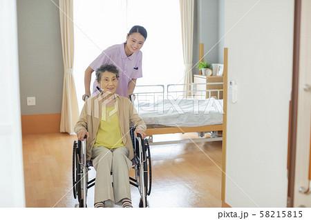介護施設 シニア女性 介護士 58215815