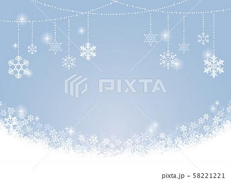 雪の結晶のオーナメントと水色の背景 58221221