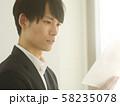 ビジネス 男性 書類 イメージ 58235078
