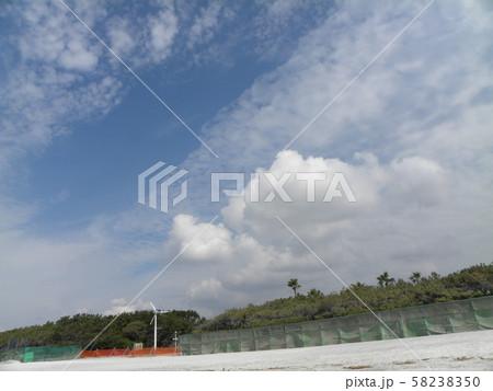 秋の青空と白い雲 58238350