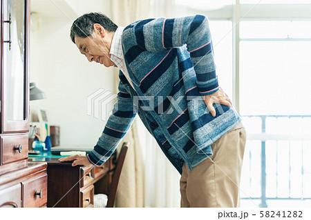腰痛 シニア 男性 58241282
