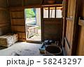 福井県 一乗谷朝倉氏遺跡 町並みと復元建物 内部から外を眺める 58243297