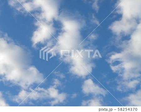 秋の青空と白い雲 58254370