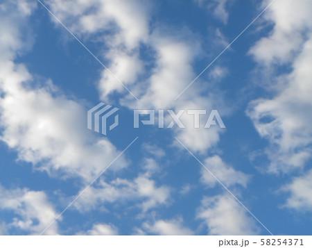 秋の青空と白い雲 58254371