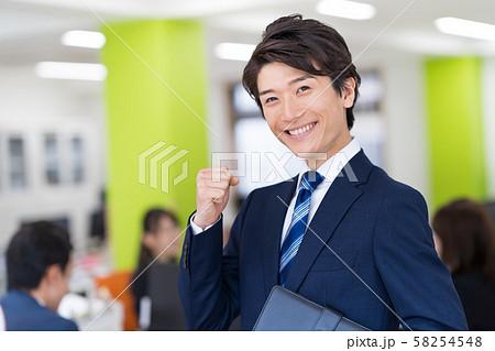ビジネスマン、オフィス、スーツ、ガッツポーズ 58254548