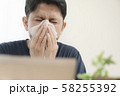 花粉症の男性 58255392