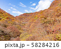空撮 碓氷峠の秋 紅葉した山々と青空 58284216
