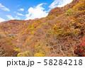 空撮 碓氷峠の秋 紅葉した山々と青空 58284218