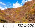 空撮 碓氷峠の秋 紅葉した山々と青空 58284220