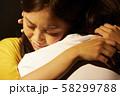 女性 抱きしめる 58299788