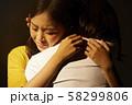 女性 抱きしめる 58299806
