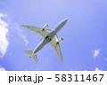 離陸する飛行機  ボーイング787 58311467