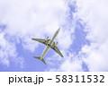 離陸する飛行機  ボーイング737-800 58311532