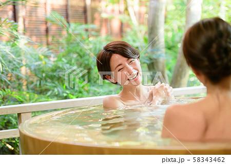 温泉 露天風呂 女子旅 旅館 旅行 観光イメージ  58343462