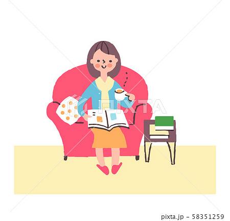 ソファーでくつろぐ女性 58351259