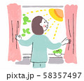 朝カーテンを開ける女性 58357497