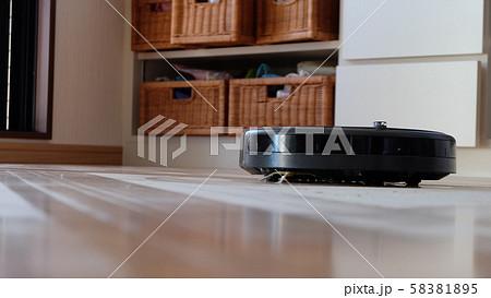 掃除中のお掃除ロボット 58381895