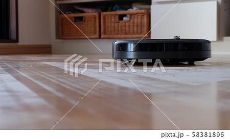 掃除中のお掃除ロボット 58381896