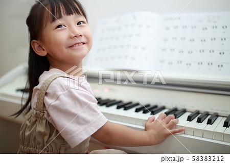 ピアノ (音楽教室 練習 習い事 レッスン 鍵盤楽器 子育て 育児 女の子 人物 コピースペース) 58383212
