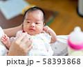 ミルクを飲む新生児と母親 58393868