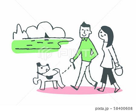 海岸を犬と散歩をするカップル 58400608