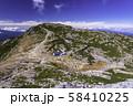 (長野県)千畳敷カール・中岳から眺める、駒ヶ岳山頂とカラフルなテント場 58410225