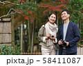 ミドル夫婦 旅行 カメラ 秋 紅葉 観光イメージ 58411087