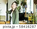 女性 新生活 リビング 若い女性 ライフスタイル 58416287