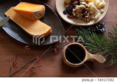 ククサでワインを飲みながら。チーズとおつまみ。上からのてーブル写真 58417382