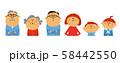 一列に並んだ家族 58442550