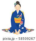 座っている青い振袖を着た女性 02 58509267
