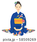 座っている青い振袖を着た女性 03 58509269