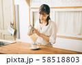 カフェで働く女性  58518803
