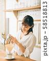 カフェで働く女性  58518813