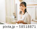 カフェで働く女性  58518871