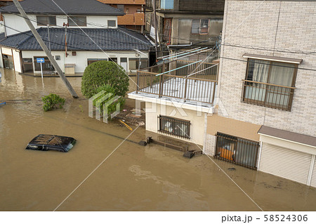 台風19号豪雨浸水被害郡山市駅前若葉町交差点逢瀬川氾濫車が屋根まで水没 58524306