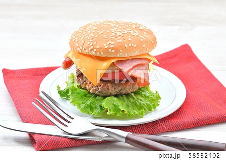 手作りの「ベーコン チーズ レタス ハンバーガー」です。 58532402