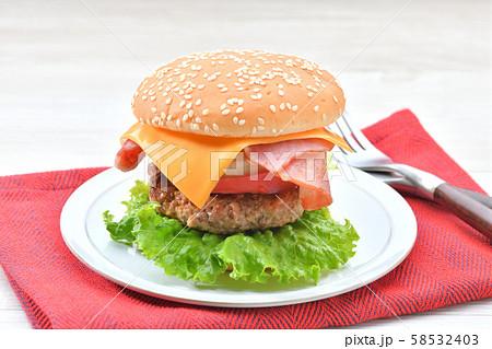 手作りの「ベーコン チーズ レタス ハンバーガー」です。 58532403