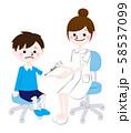 看護師に注射を打ってもらう男の子 58537099