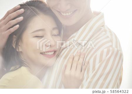 ロマンチック カップル ソフトフォーカス 58564322