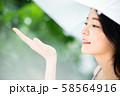 女性 ライフスタイル 雨の日 58564916
