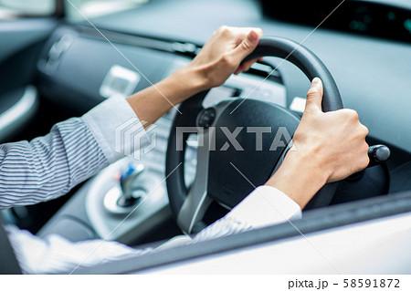 シートベルトをする男性 58591872