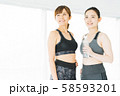 フィットネス スポーツジム 女性 エクササイズ 58593201
