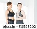 フィットネス スポーツジム 女性 エクササイズ 58593202